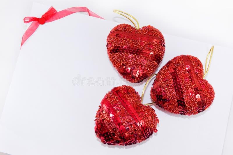 serce biel czerwony tasiemkowy obraz royalty free