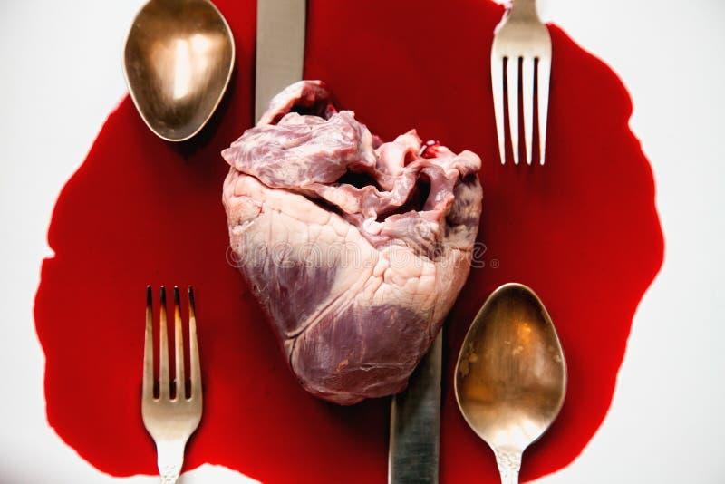 Serce i cutlery w krwionośnym basenie obraz stock