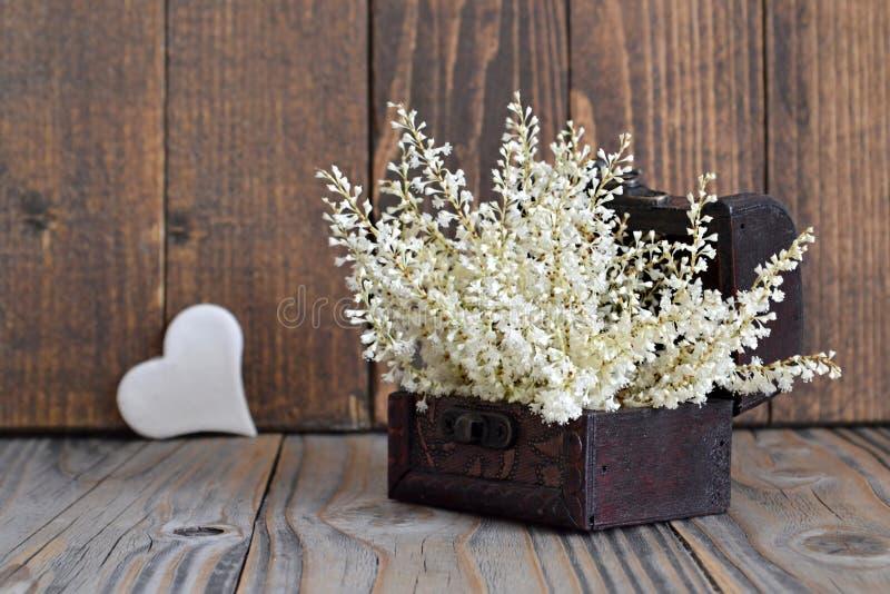 Serce i kwiaty układający w skarb klatce piersiowej zdjęcie stock