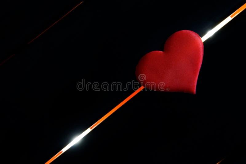 Serce kłama na czarnym tle i rozjarzona przekątna wykłada Przeznaczenie mężczyzna, życie i śmierć zdjęcie royalty free