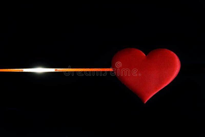 Serce kłama na czarnym tle i rozjarzonej linii Przeznaczenie mężczyzna, życie i śmierć obraz stock