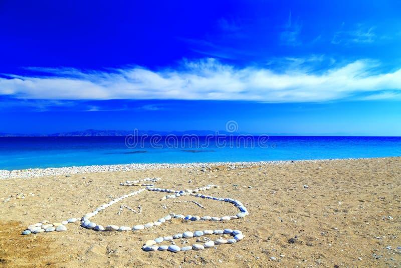 Serce kamień i pierwszy listy imiona kłaść out na brzeg otoczak plaża, obraz royalty free