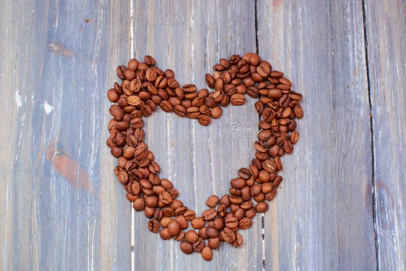 Serce kawowe fasole w górę widoku od zdjęcia royalty free