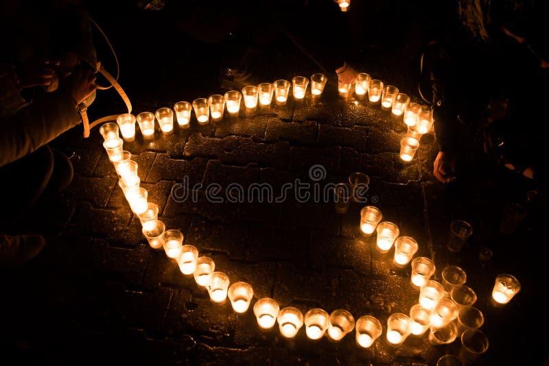 Serce komponował świeczki, na ziemi, przy nocą zdjęcie stock