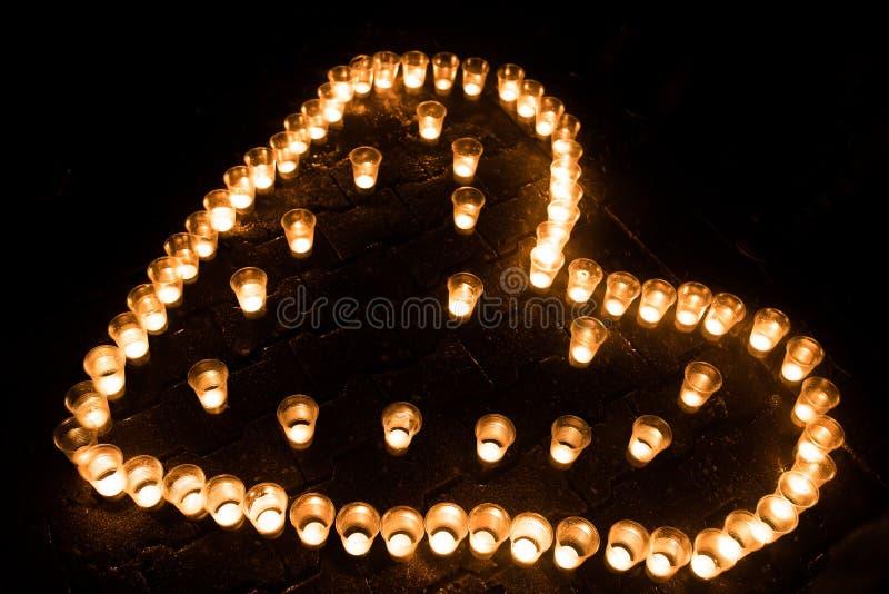Serce komponował świeczki, na ziemi, przy nocą obraz royalty free