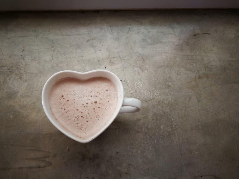 Serce kształtna gorąca kakaowa filiżanka zdjęcia royalty free