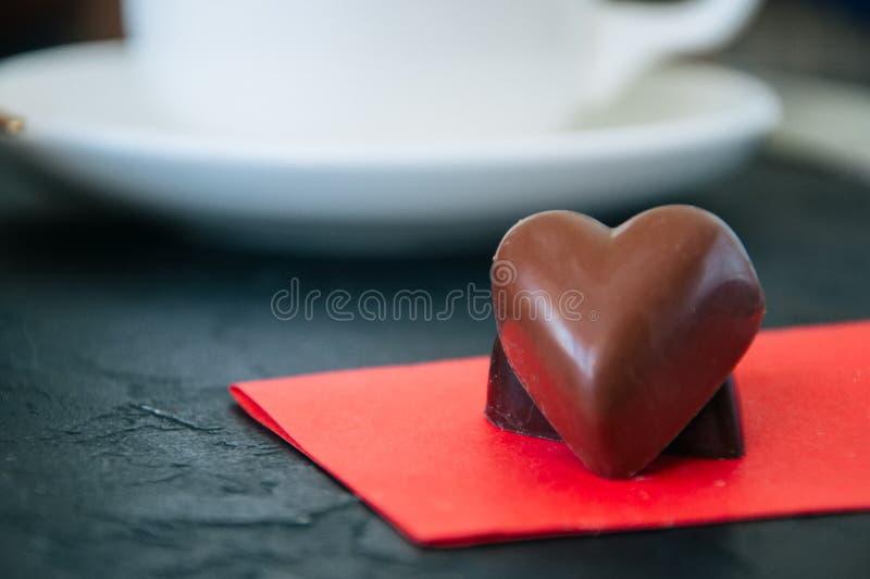 Serce kształtny zmrok i dojne czekolady zdjęcia royalty free