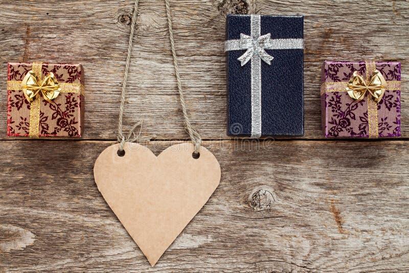 Serce kształtująca etykietka i trzy prezenta pudełka obrazy royalty free