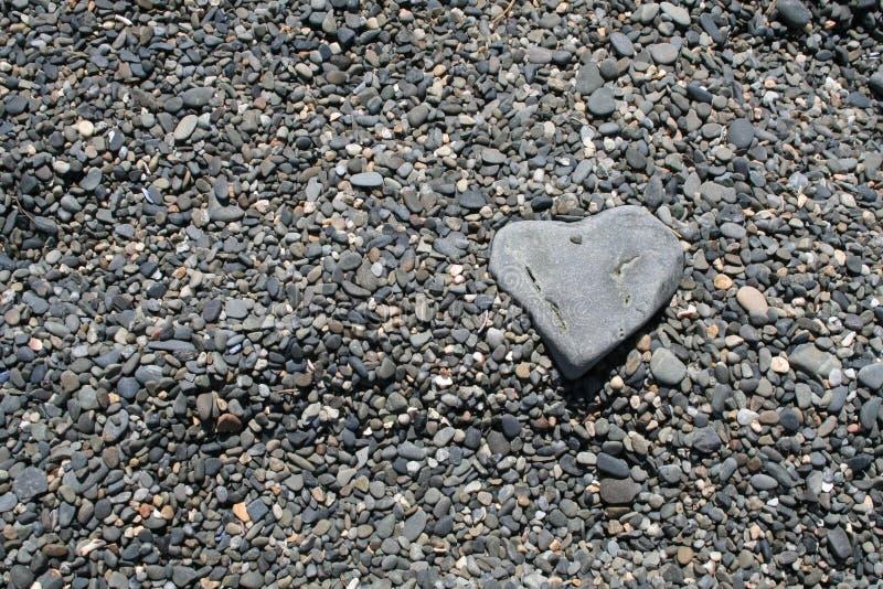 Serce kształtująca skała na plaży zdjęcie stock