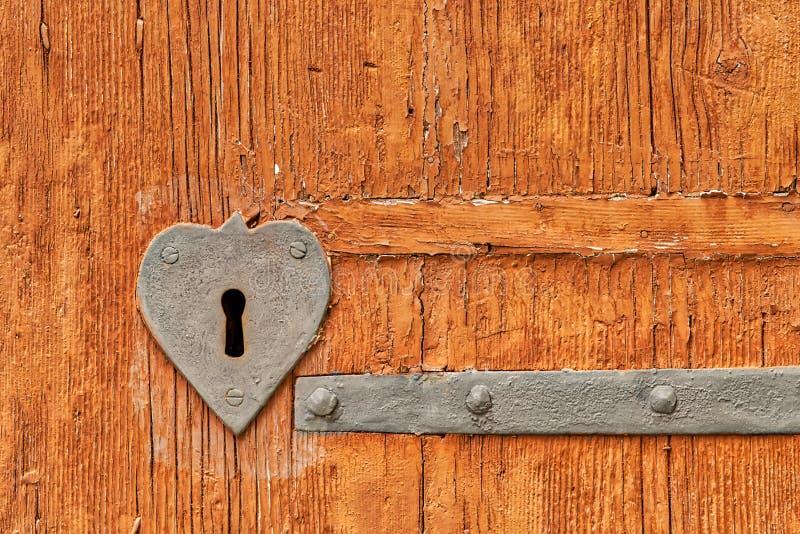 Serce kształtujący żelazny keyhole zdjęcia stock