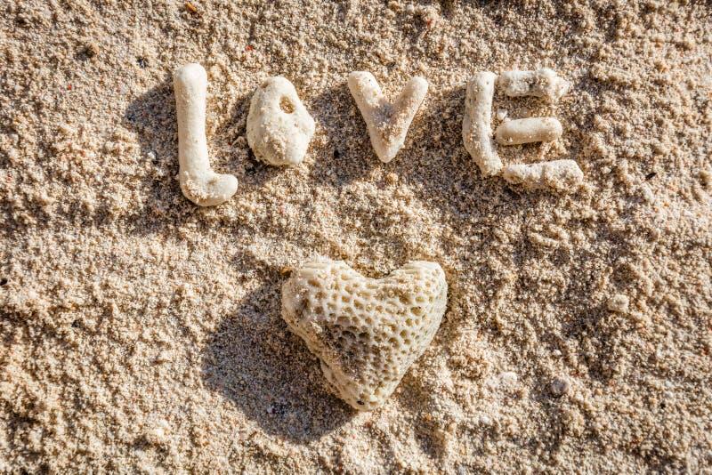 Serce kształtujący koral miłość na piasku i słowo, Boracay wyspa, Filipiny fotografia stock