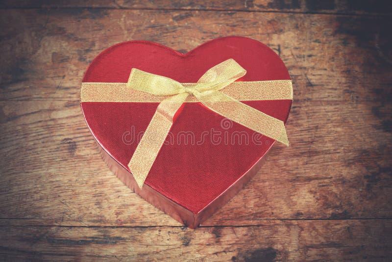 Serce kształtujący pudełko na drewnie zdjęcie stock