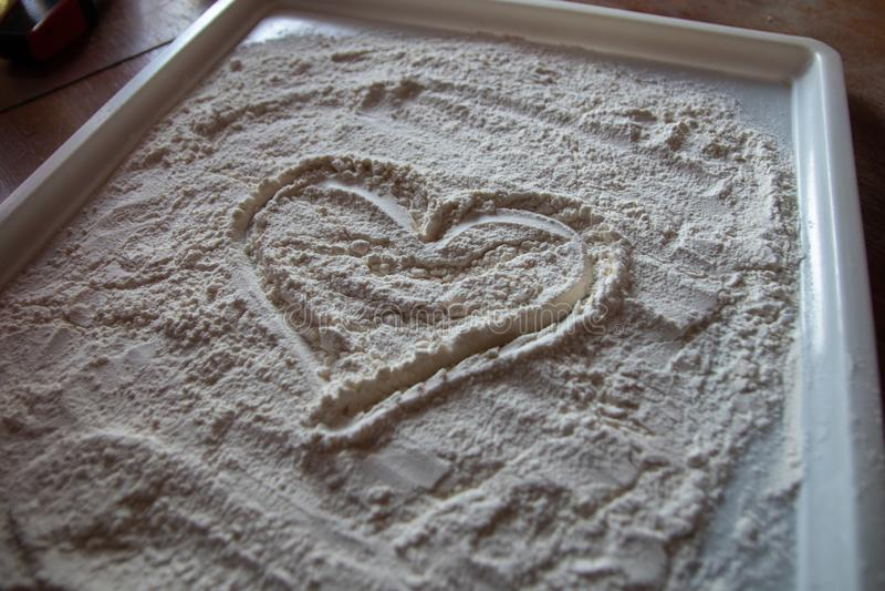 Serce mąka na białym talerzu obraz royalty free