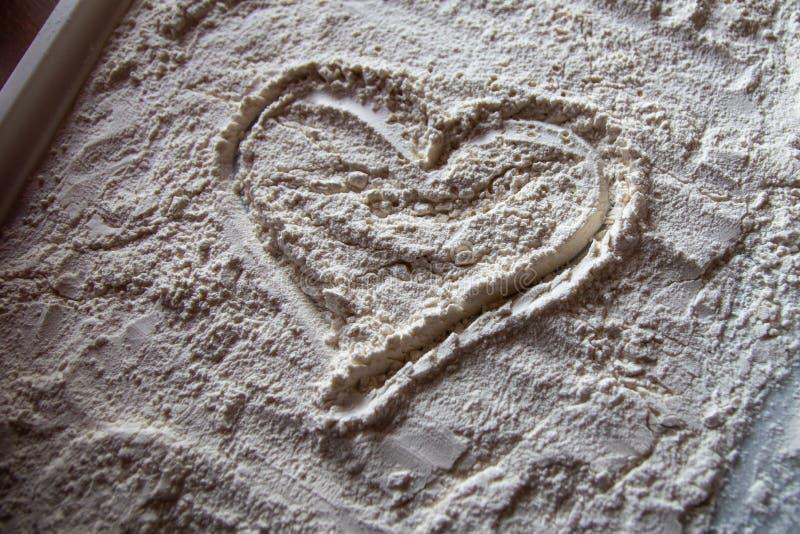 Serce mąka na białym talerzu obrazy royalty free