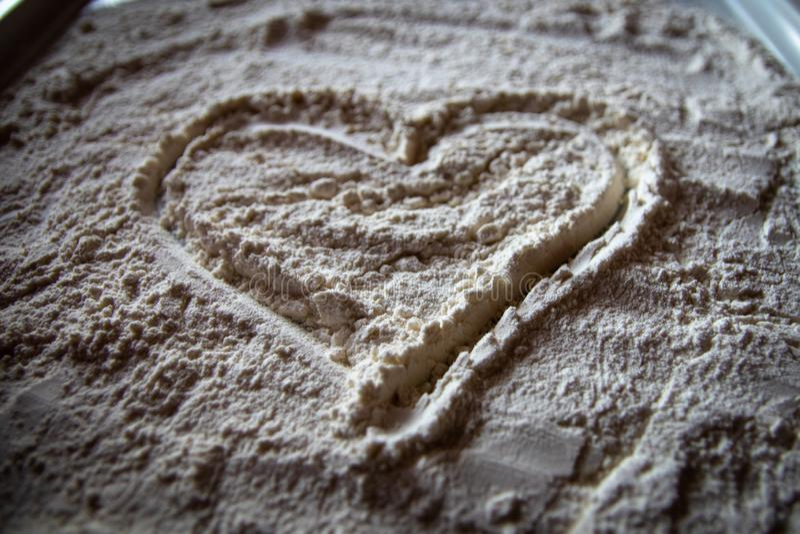 Serce mąka na białym talerzu fotografia royalty free