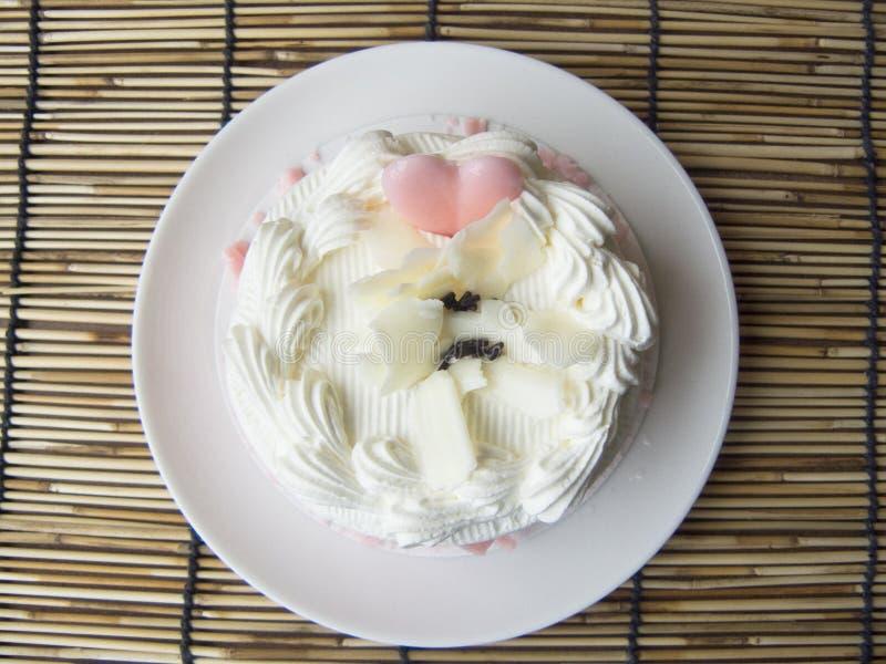 serce miłości śmietanki słodki śliczny waniliowy tort obraz stock