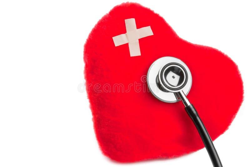 Serce milutkie zabawki z łatą blisko stetoskopu obrazy stock