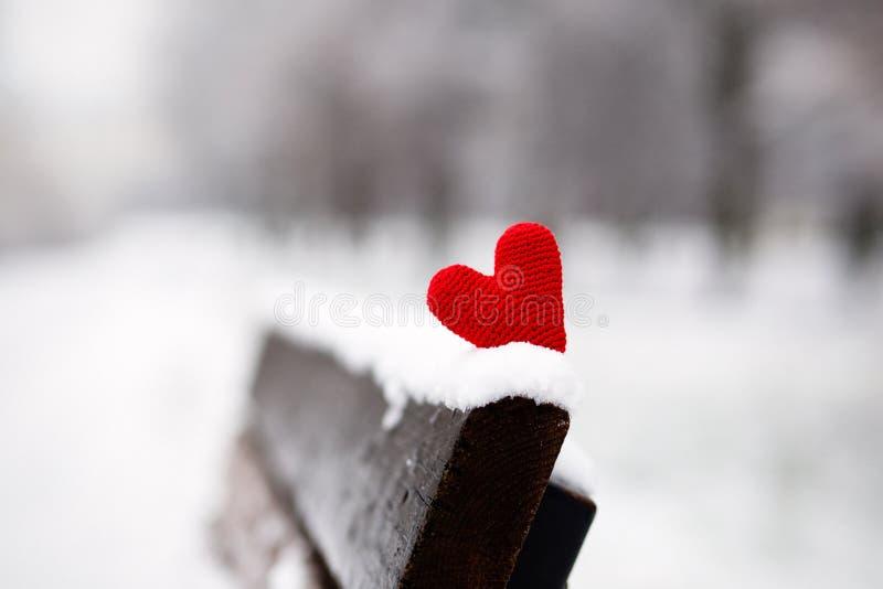Serce na śnieżystej ławce fotografia stock