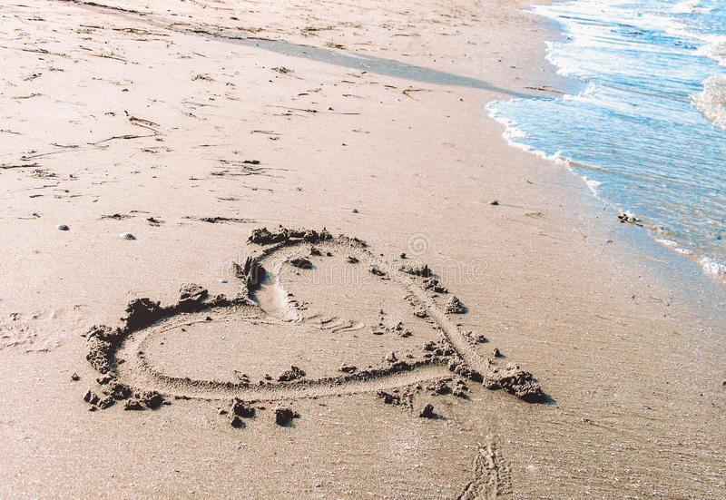Serce na piasku morzem zdjęcia stock