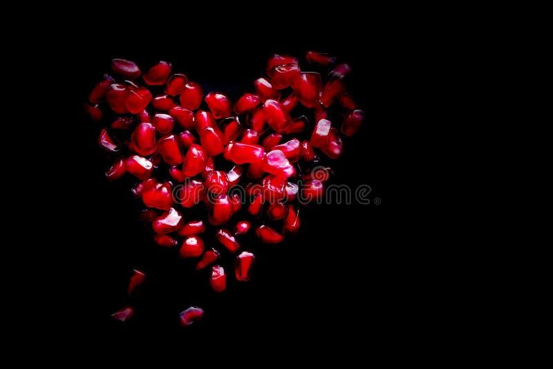 Serce od czerwonych soczystych adra granatowiec zdjęcie royalty free