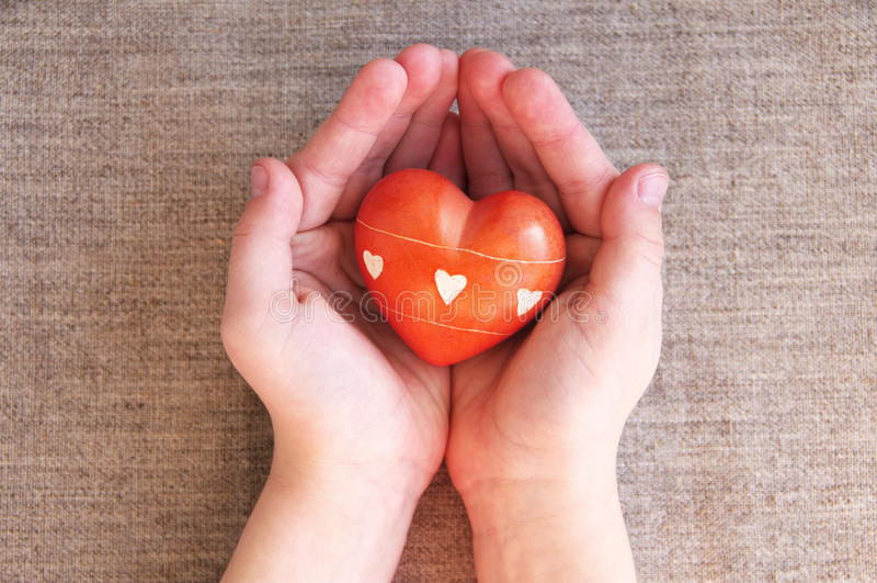 Serce od kamienia w dziecko rękach zdjęcie royalty free