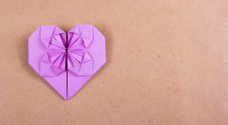Serce origami purpury tapetuje na brąz przetwarzającym papierze zdjęcia royalty free
