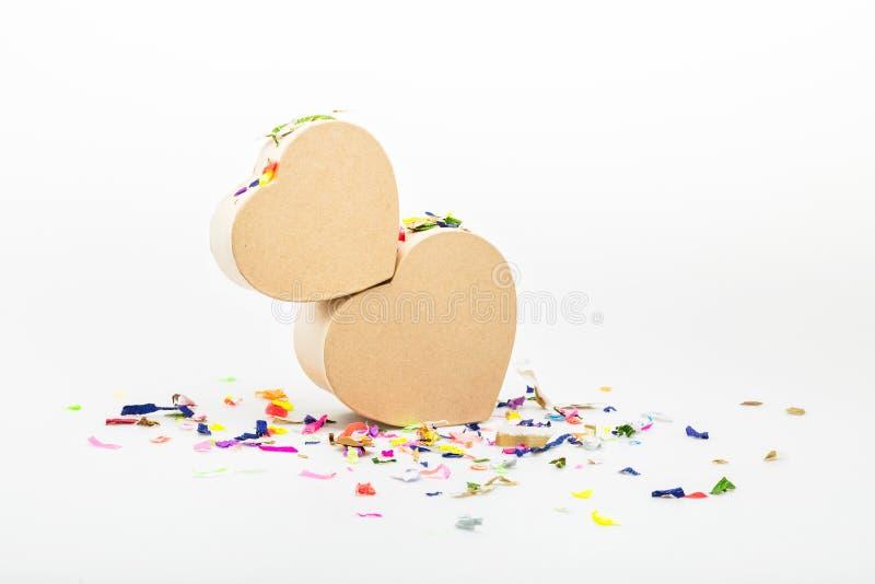 Serce prezenta kształtni pudełka z barwionymi confetti fotografia stock
