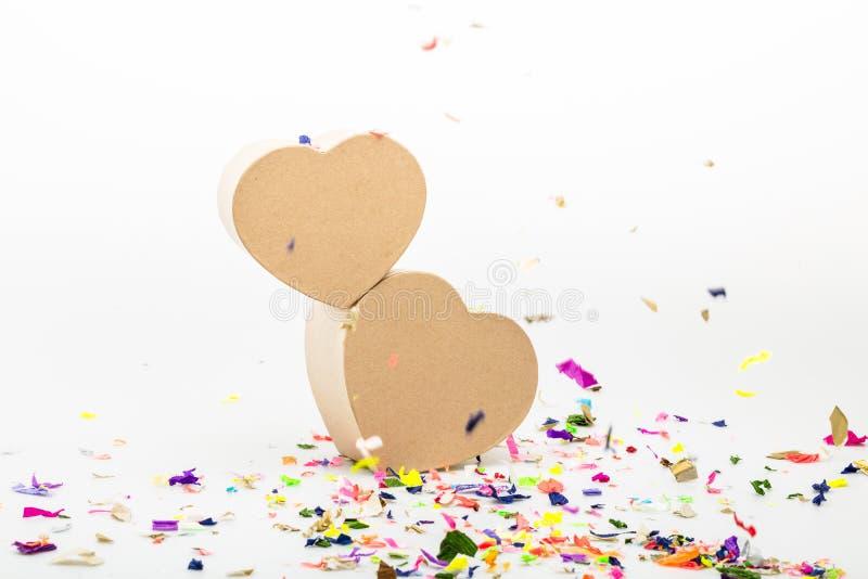 Serce prezenta kształtni pudełka z barwionymi confetti obrazy royalty free