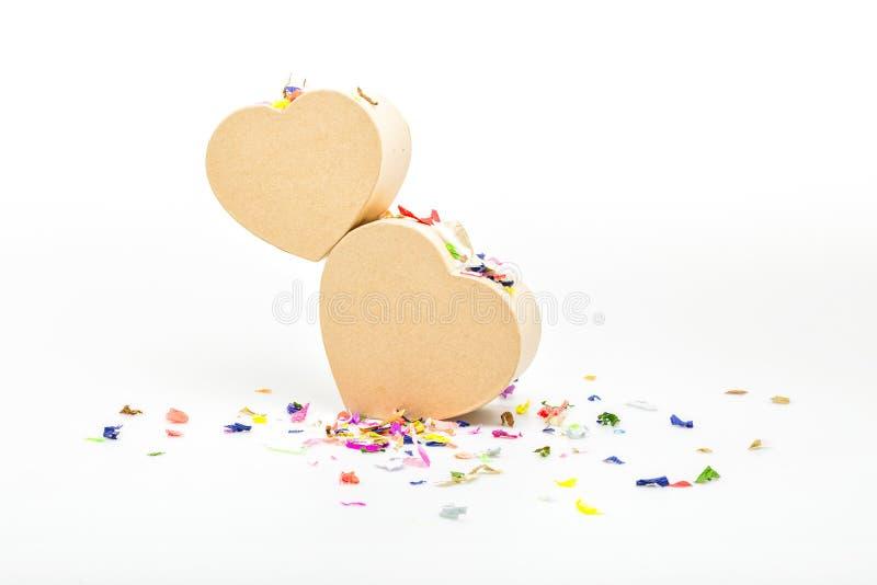 Serce prezenta kształtni pudełka z barwionymi confetti zdjęcia royalty free