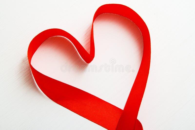 Serce robić czerwony faborek na białym drewnianym tle odbitkowa przestrzeń - walentynki Marzec Macierzysty Women& x27 i 8; s dnia obrazy royalty free