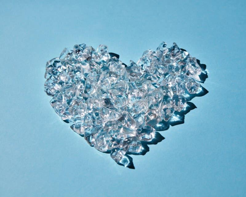 Serce robić kostki lodu na błękitnym tle obrazy royalty free