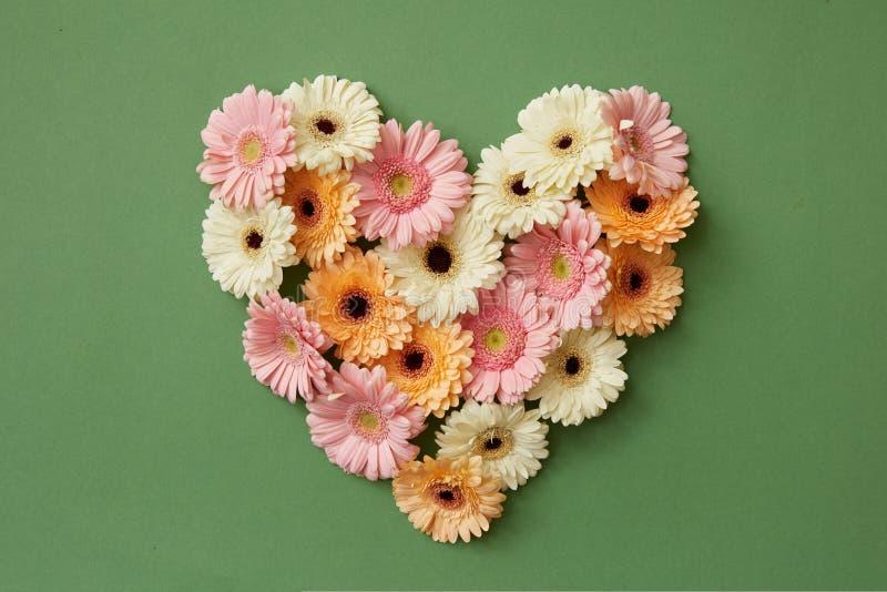 Serce robić od świeżych gerbera kwiatów obrazy royalty free