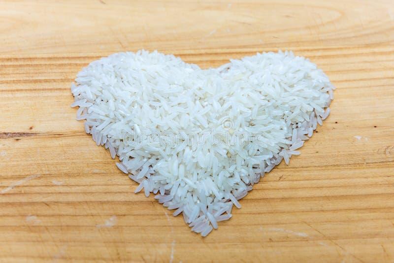 Serce robić ryż na drewnianym tle obraz royalty free