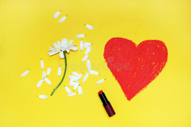 Serce rysujący z pomadką na żółtym tle zdjęcia stock