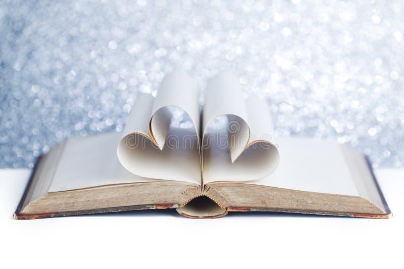 Serce wśrodku książki obrazy stock