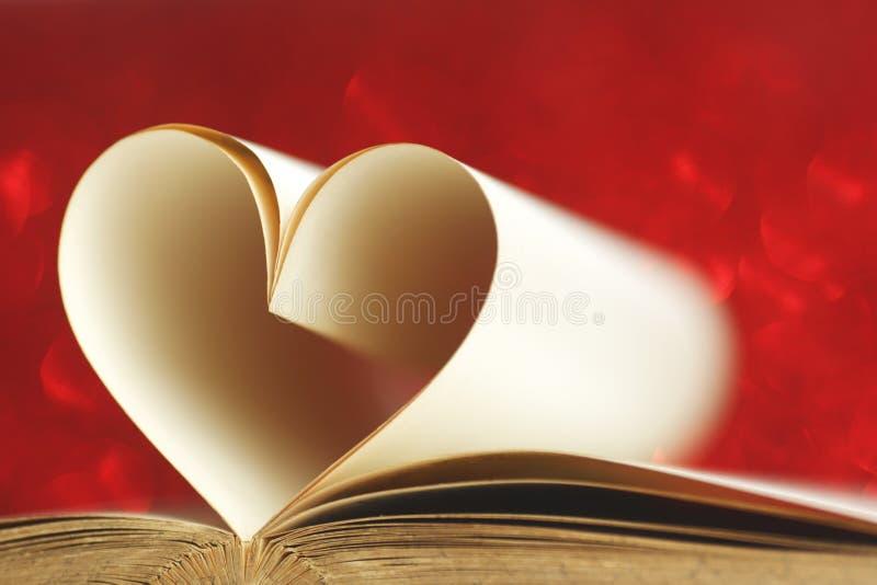 Serce wśrodku książki zdjęcie stock