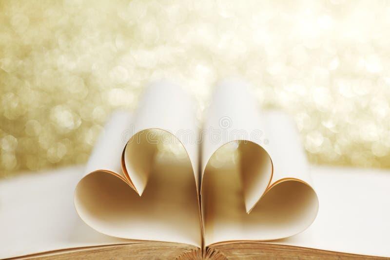 Serce wśrodku książki fotografia stock