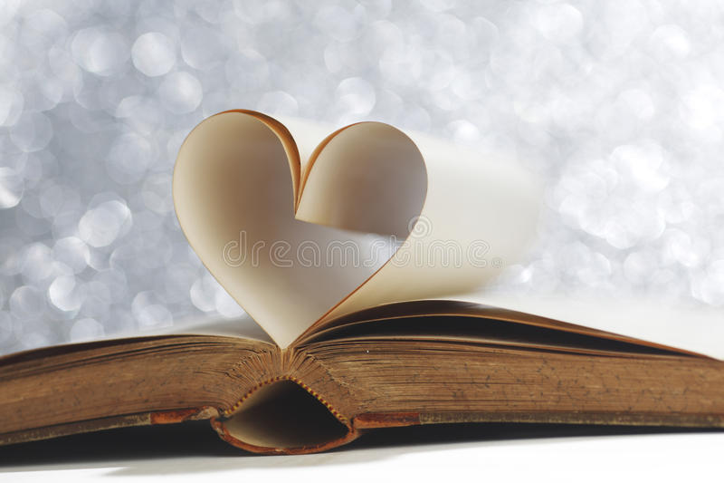 Serce wśrodku książki zdjęcia stock