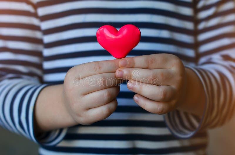 Serce w dziecka ` s rękach zdjęcie royalty free