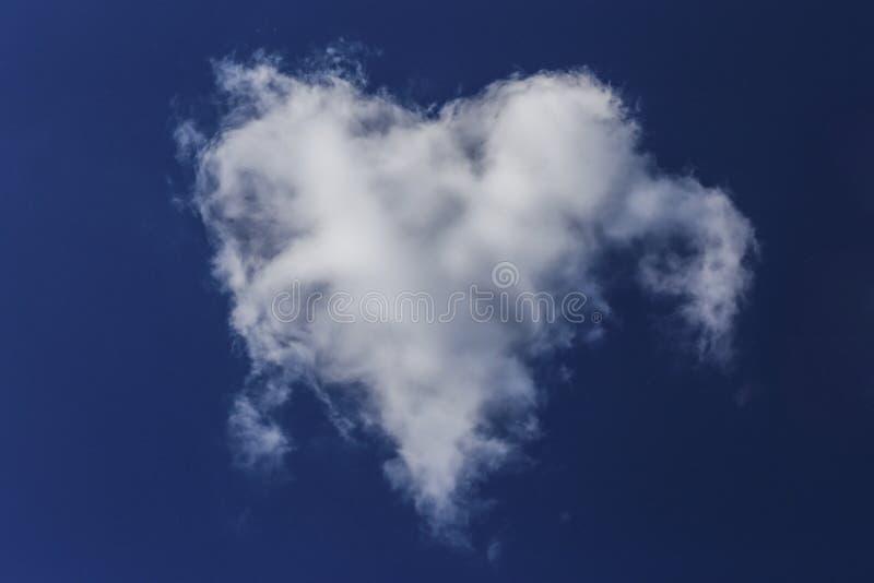 Serce w niebieskim niebie obrazy stock