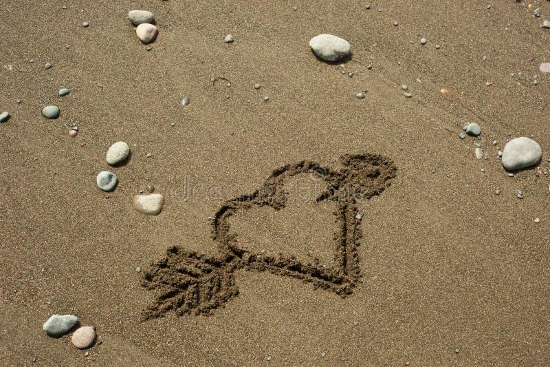 Serce w piasku z strzała obrazy royalty free