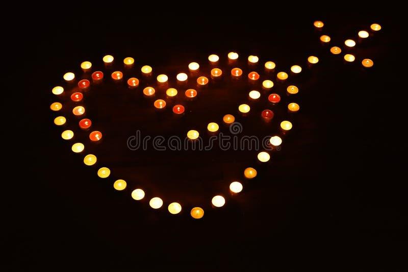 Serce z amorek strzała od urodzinowych świeczek, miłość, tło obrazy stock
