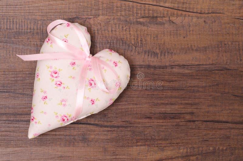 Serce z różami i różowym faborkiem zdjęcie stock