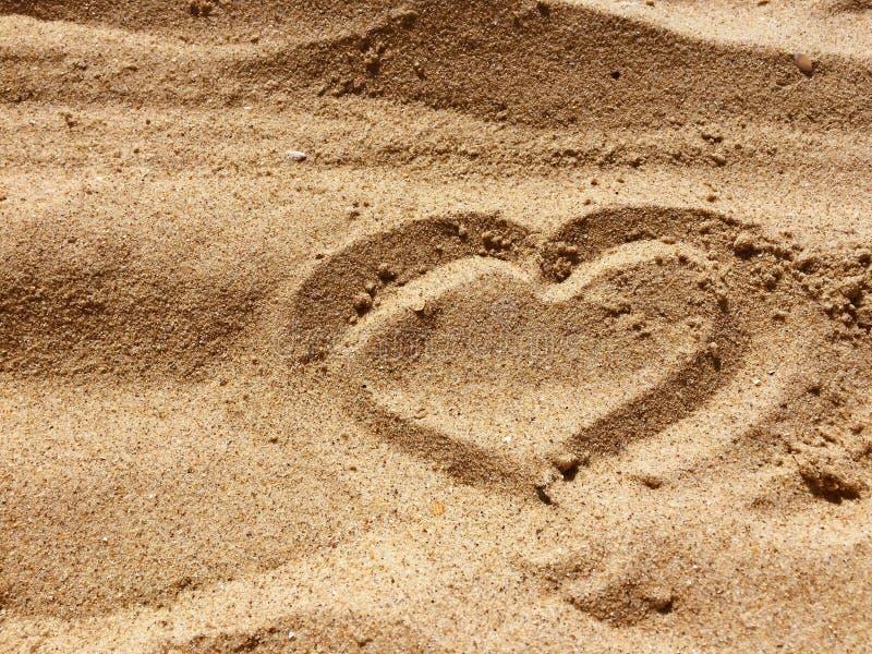 SERCE znak robić z piaskiem na plaży zdjęcia royalty free