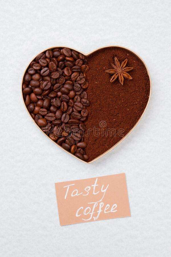 Serce zrobione z ziaren kawy i kawy natychmiastowej wyizolowanej na białym fotografia stock