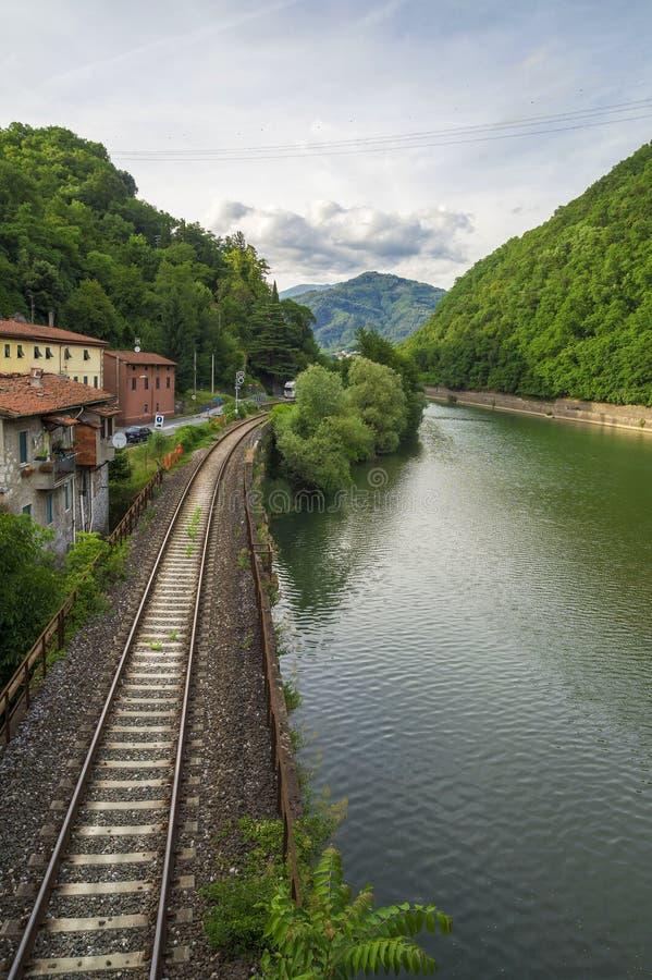 Serchio flod som ses från den Ponte dellaen Maddalena - Ponte del Diavolo, Lucca royaltyfri fotografi