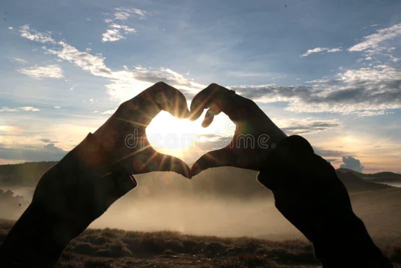 Sercowaci gesty w zmierzchu krajobrazie zdjęcie stock