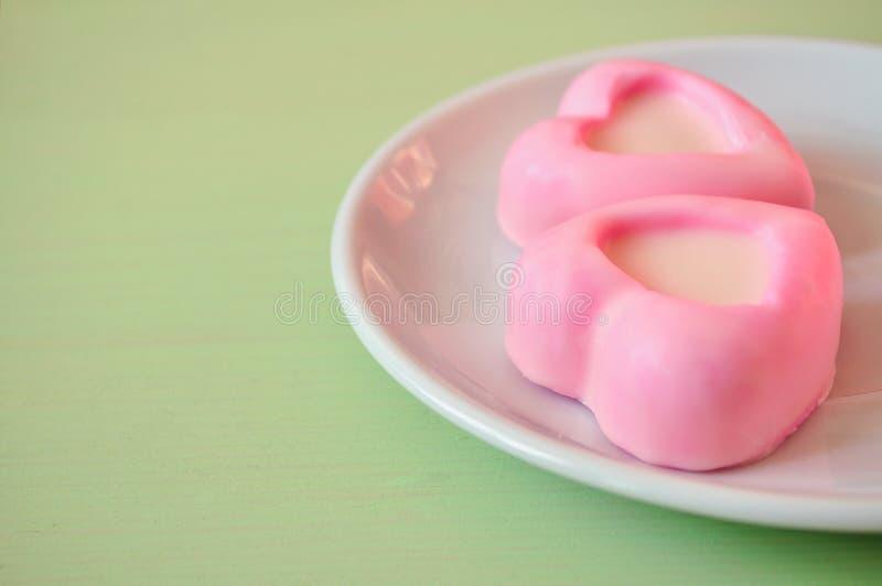 Sercowaty różowy souffle zasycha na zielonym drewnianym stole Selekcyjna miękka ostrość na torta i pastelu przerobie zdjęcie royalty free