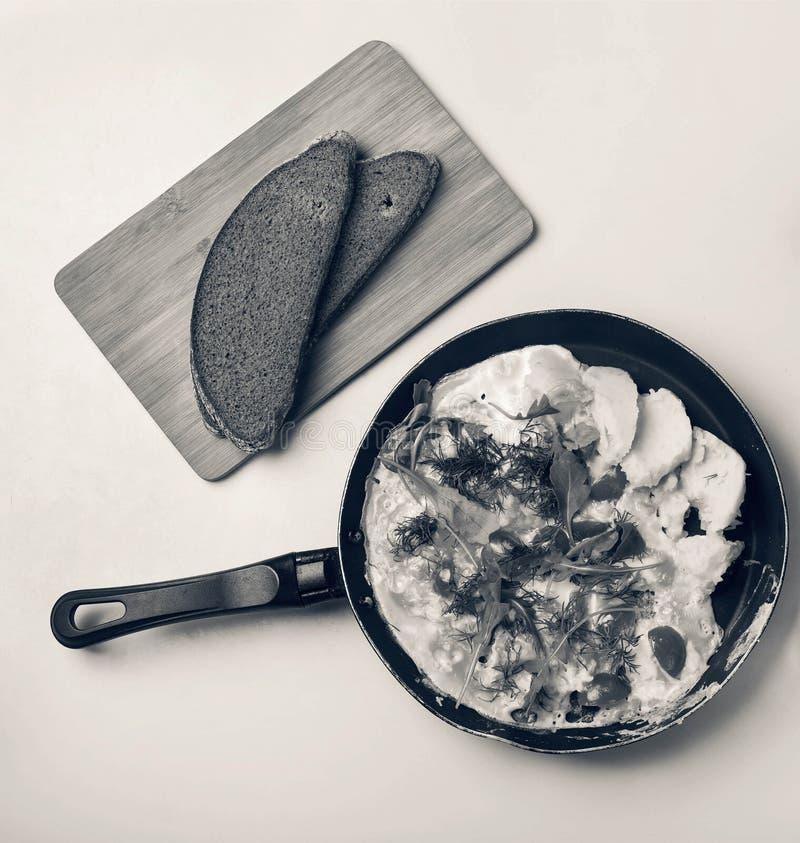Serdecznie śniadanie W smaży niecki Omelette z czereśniowymi pomidorami, arugula z grulami, salami, prostacki chleb, masło na błę obraz royalty free
