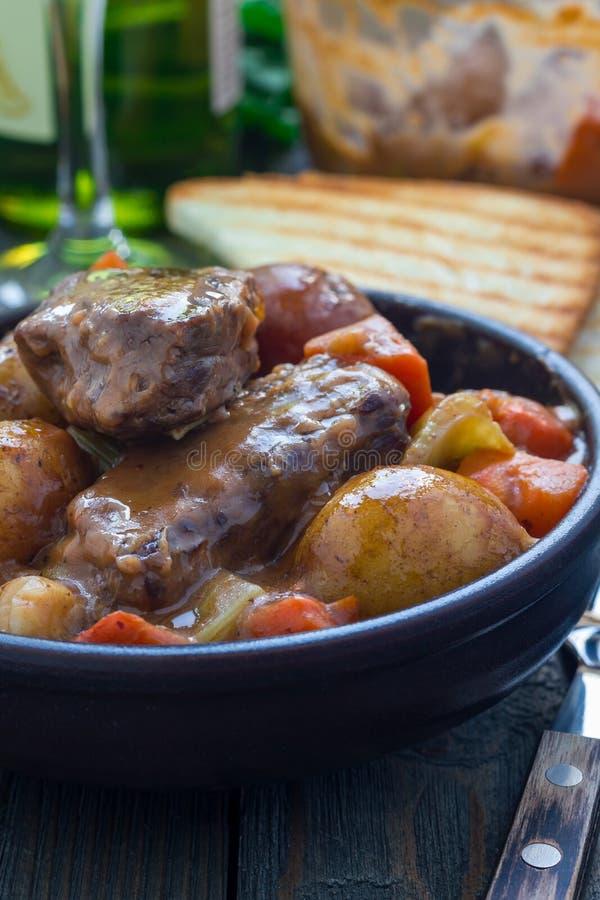 Serdecznie wołowina gulasz z marchewką, selerem, szalotką i grulą, zdjęcie stock